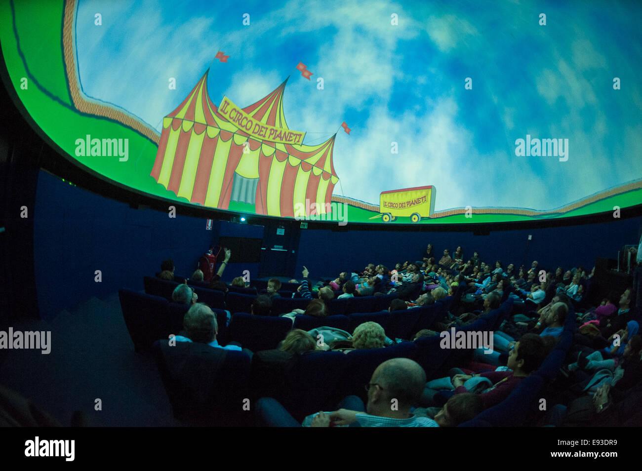 Italia Turín Piamonte Pino Torinese Inauguración de la nueva zona de museos del Museo de Turín planetario astronomía y espacio INFINI.Al 17 de octubre de 2014 - Planetario espectáculo infantil circo de los planetas Foto de stock