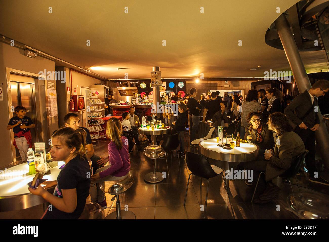 Italia Turín Piamonte Pino Torinese Inauguración de la nueva zona de museos del Museo de Turín planetario astronomía y espacio INFINI.Al 17 de octubre de 2014 - Cafetería Foto de stock