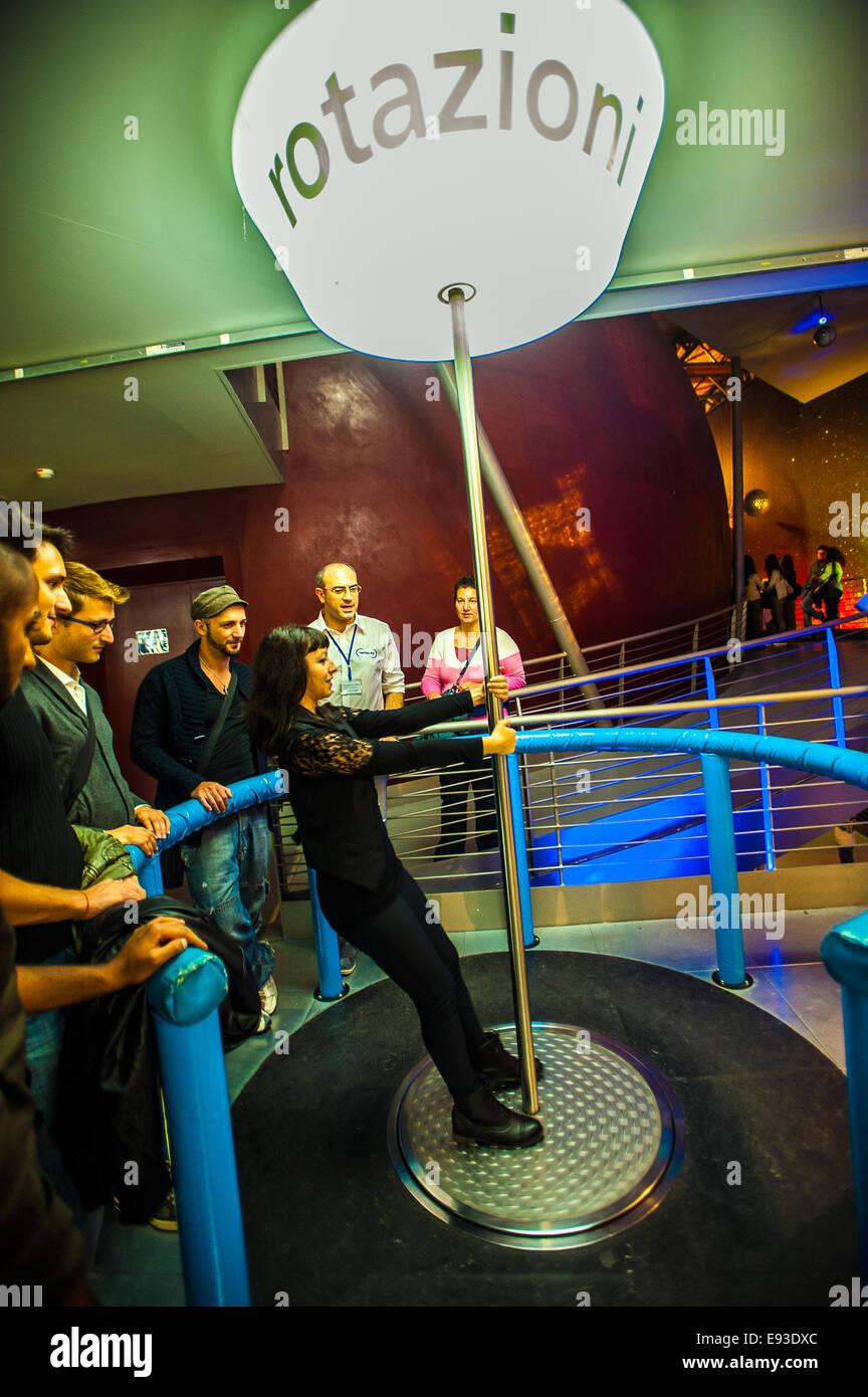 Italia Turín Piamonte Pino Torinese Inauguración de la nueva zona de museos del Museo de Turín planetario astronomía y espacio INFINI.Al 17 de octubre de 2014 - las rotaciones Foto de stock