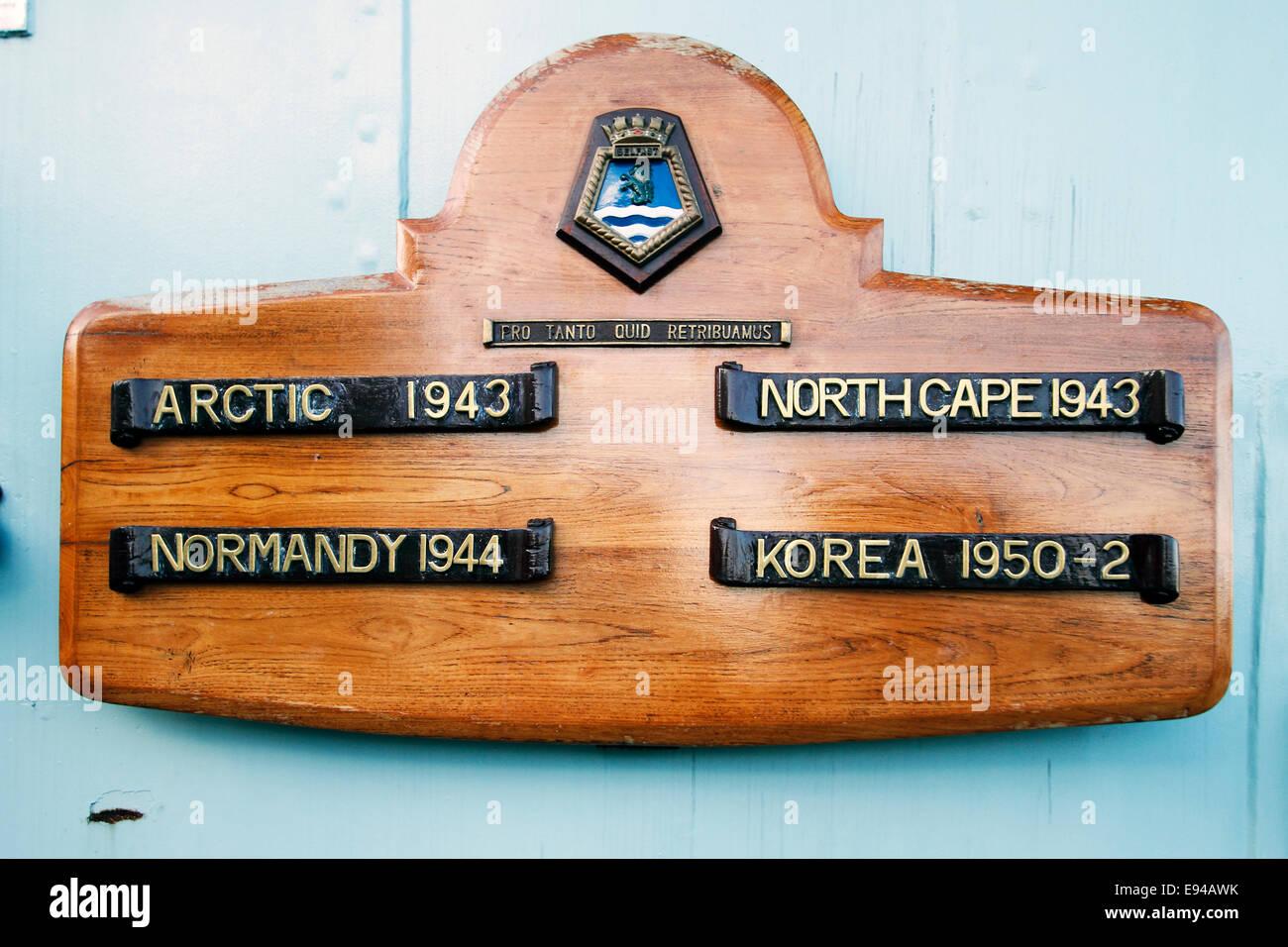 """HMS Belfast honores de batalla Ártico de 1943, el Cabo Norte 1943, Normandía 1844, Corea 1950-52 Pro Tanto Quid retribuamus"""" qué shal nos Foto de stock"""