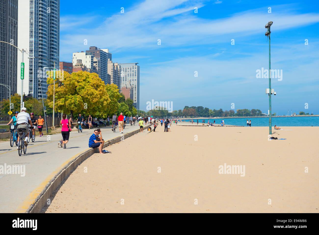 La playa de Oak Street en Chicago y vista del Lago Michigan, personas y bicicletas. Imagen De Stock