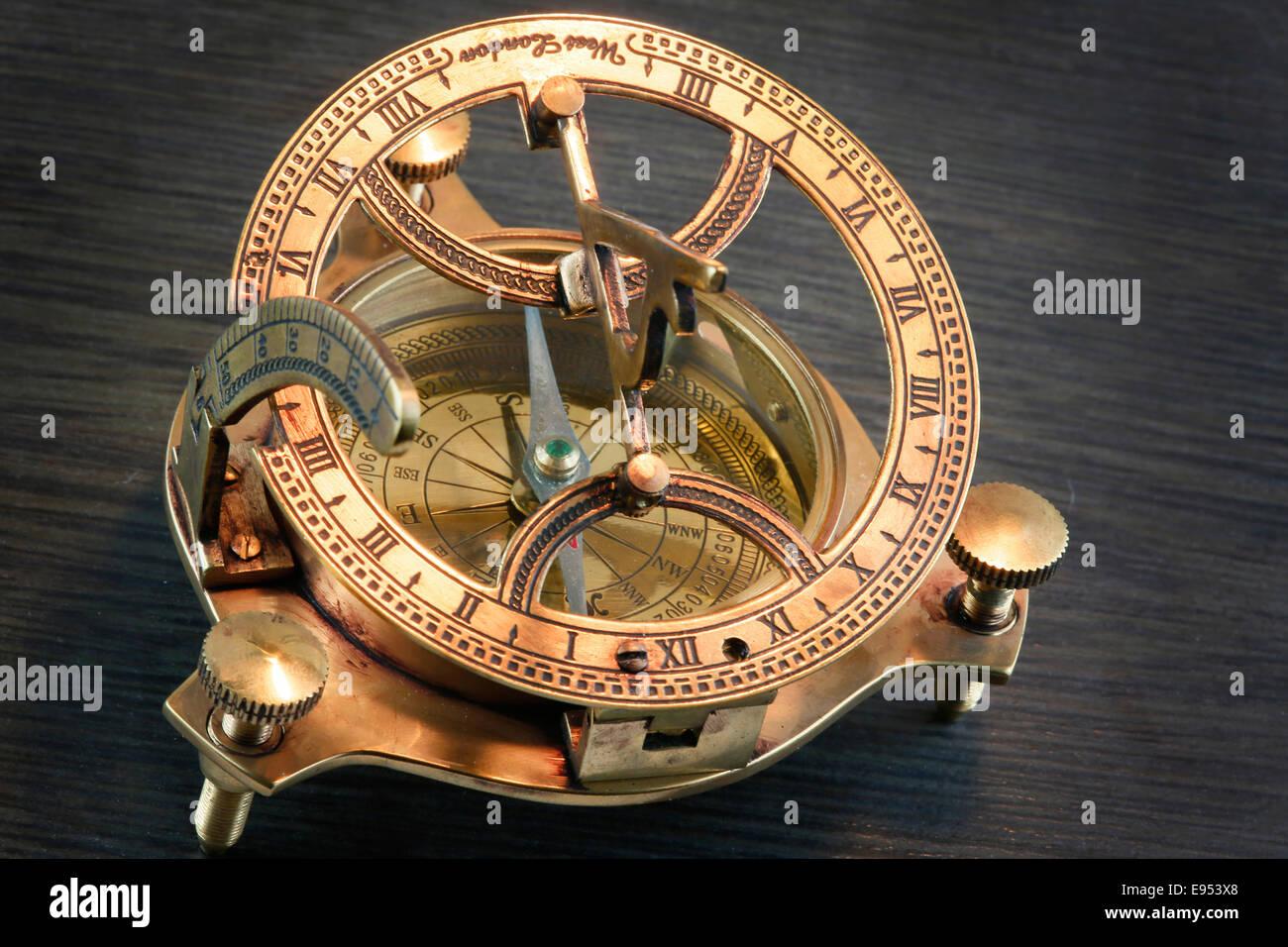 77e0c477e0f0 Brújula con reloj de sol