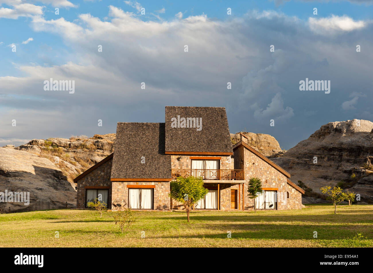 Casa de apartamentos, de arquitectura moderna, el Hotel Jardin de Roi, cerca de Ranohira, Madagascar Imagen De Stock