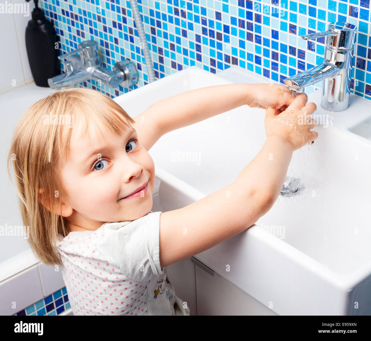 Wash hands im genes de stock wash hands fotos de stock alamy - Lavabo de manos ...