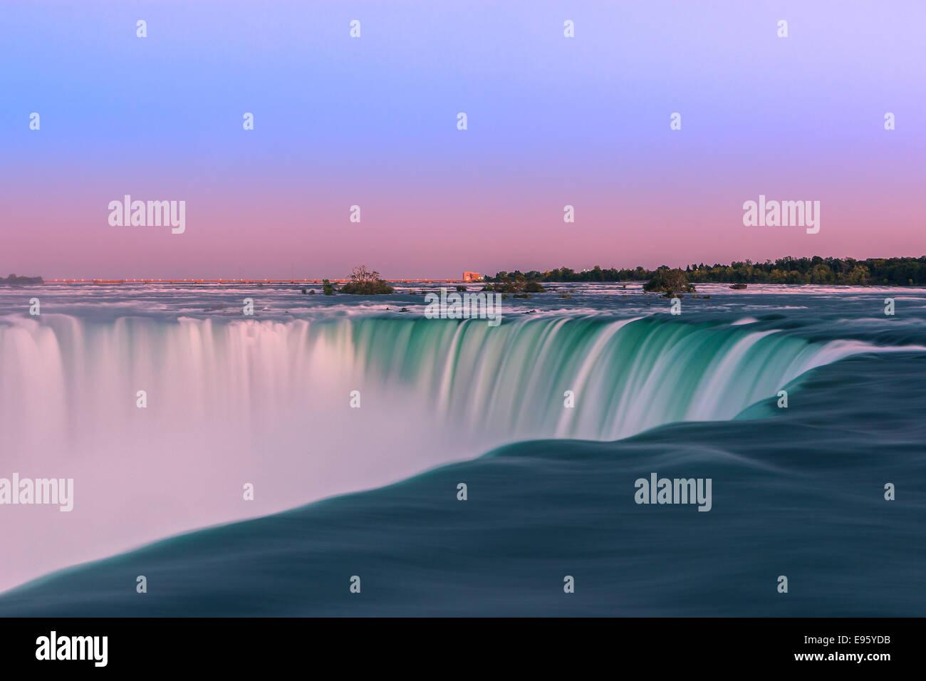 Horseshoe Falls al atardecer, parte de la ciudad de Niágara Falls, Ontario, Canadá. Foto de stock