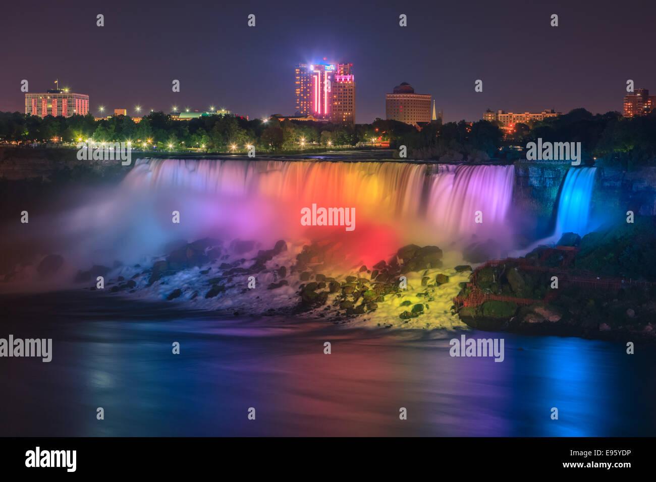 Espectáculo de luces en las Cataratas Americanas, parte de la ciudad de Niágara Falls, Ontario, Canadá. Foto de stock