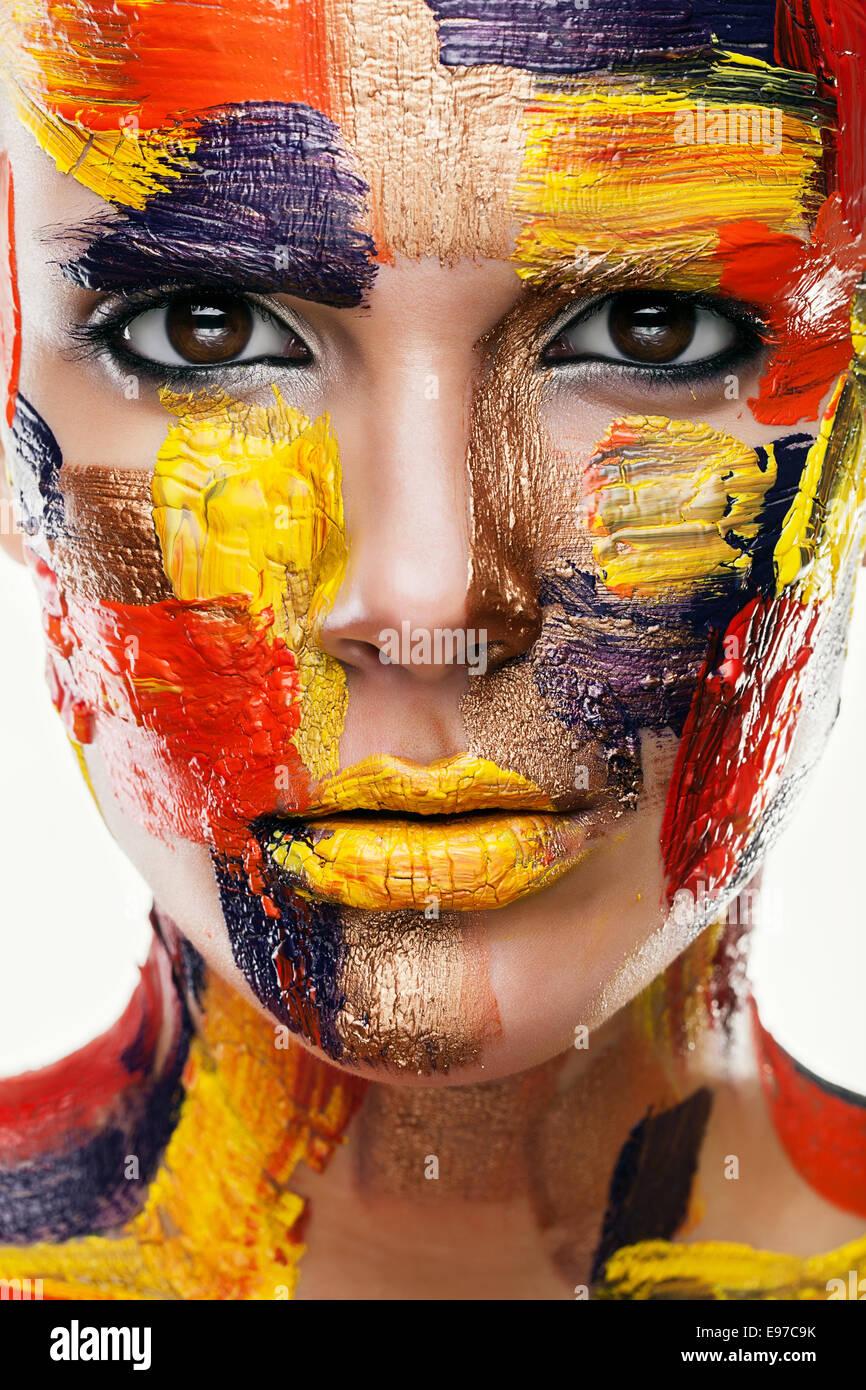 Close Up retrato de mujer en coloridas pinturas Imagen De Stock