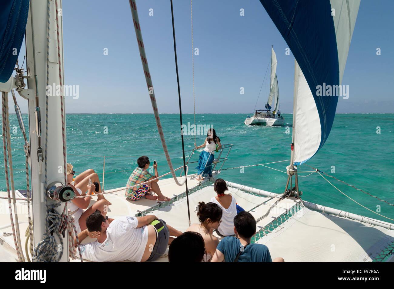 La gente navegando en el océano índico frente a las costas de Mauricio Foto de stock