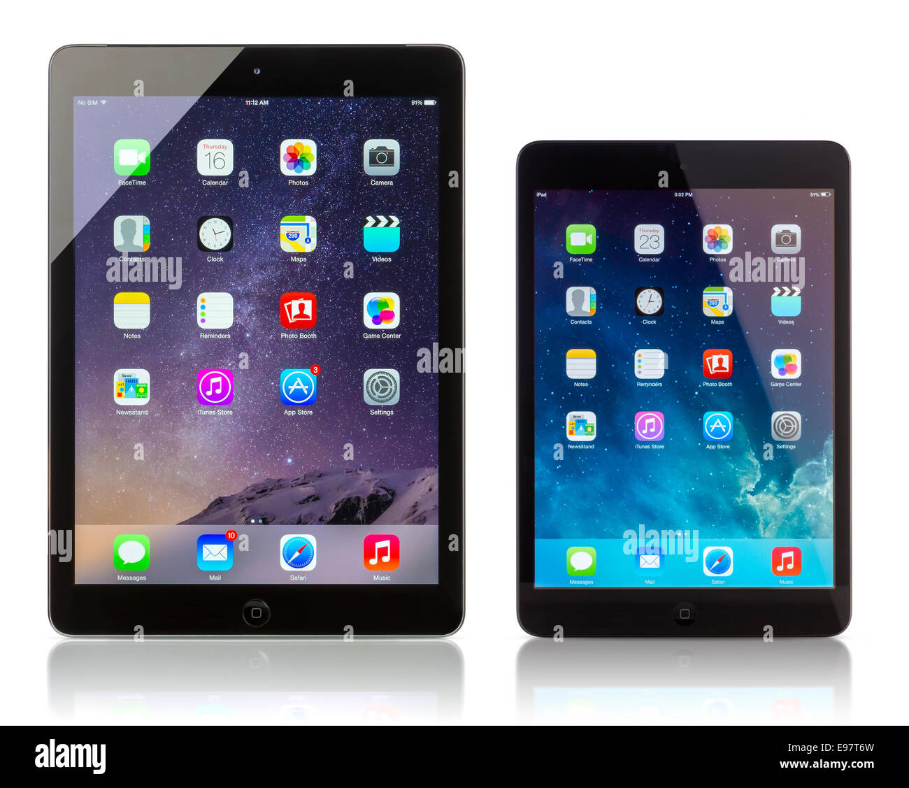 Apple iPad Wi-Fi + Mostrar celulares iOS 8 y iPad Mini con iOS iOS 7.1 homescreen. Imagen De Stock