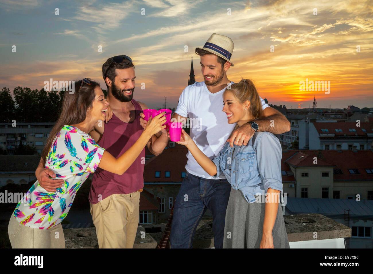 Los jóvenes se diviertan en parte de la azotea Imagen De Stock