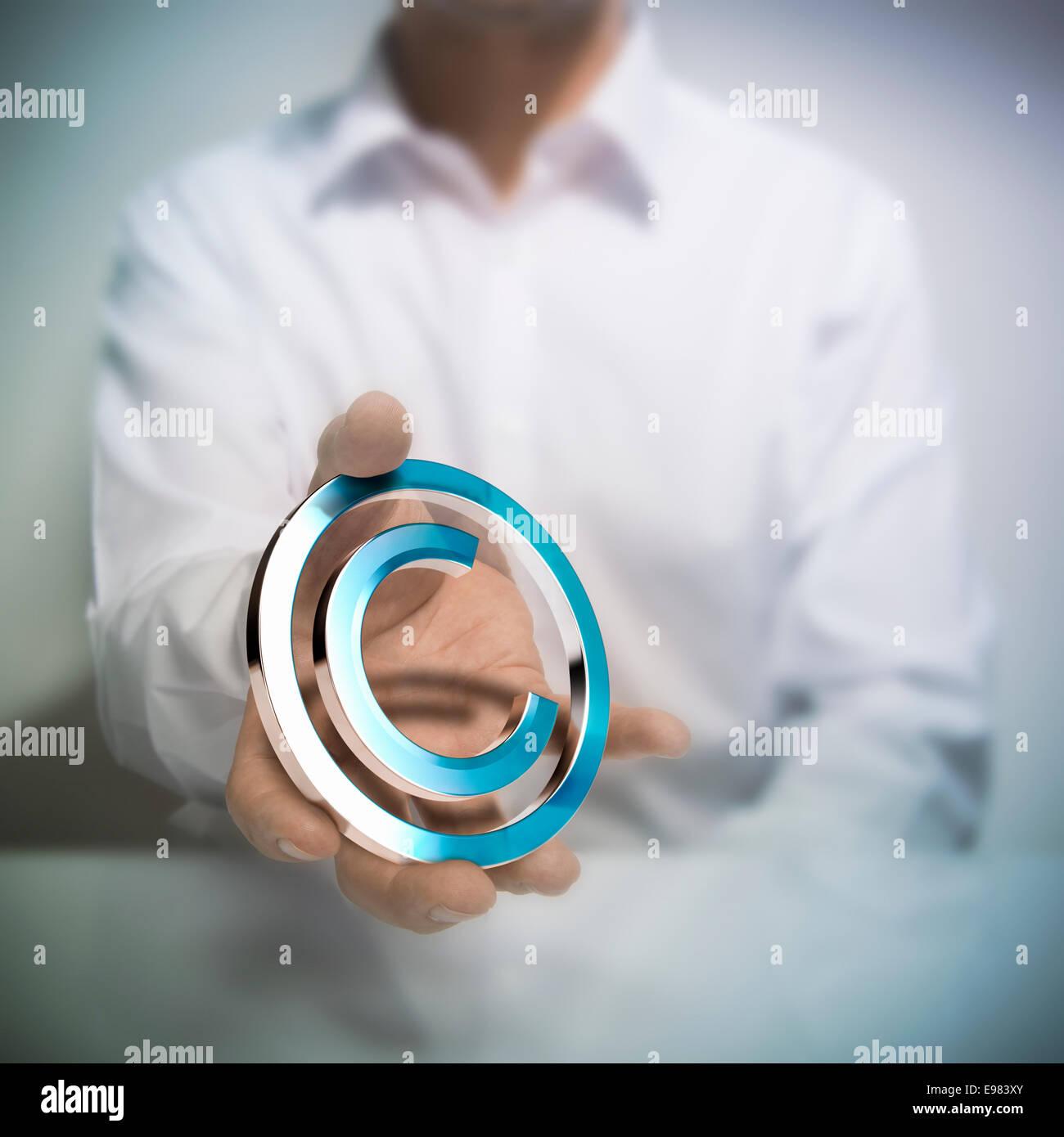 Hombre sujetando el símbolo de copyright. metálico concepto imagen para ilustración del autor o de protección de la propiedad intelectual Foto de stock
