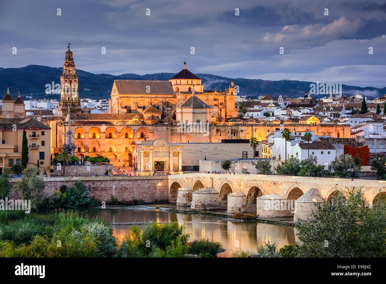 Cordoba, España en el horizonte de la ciudad y el puente romano sobre el río Guadalquivir. Imagen De Stock