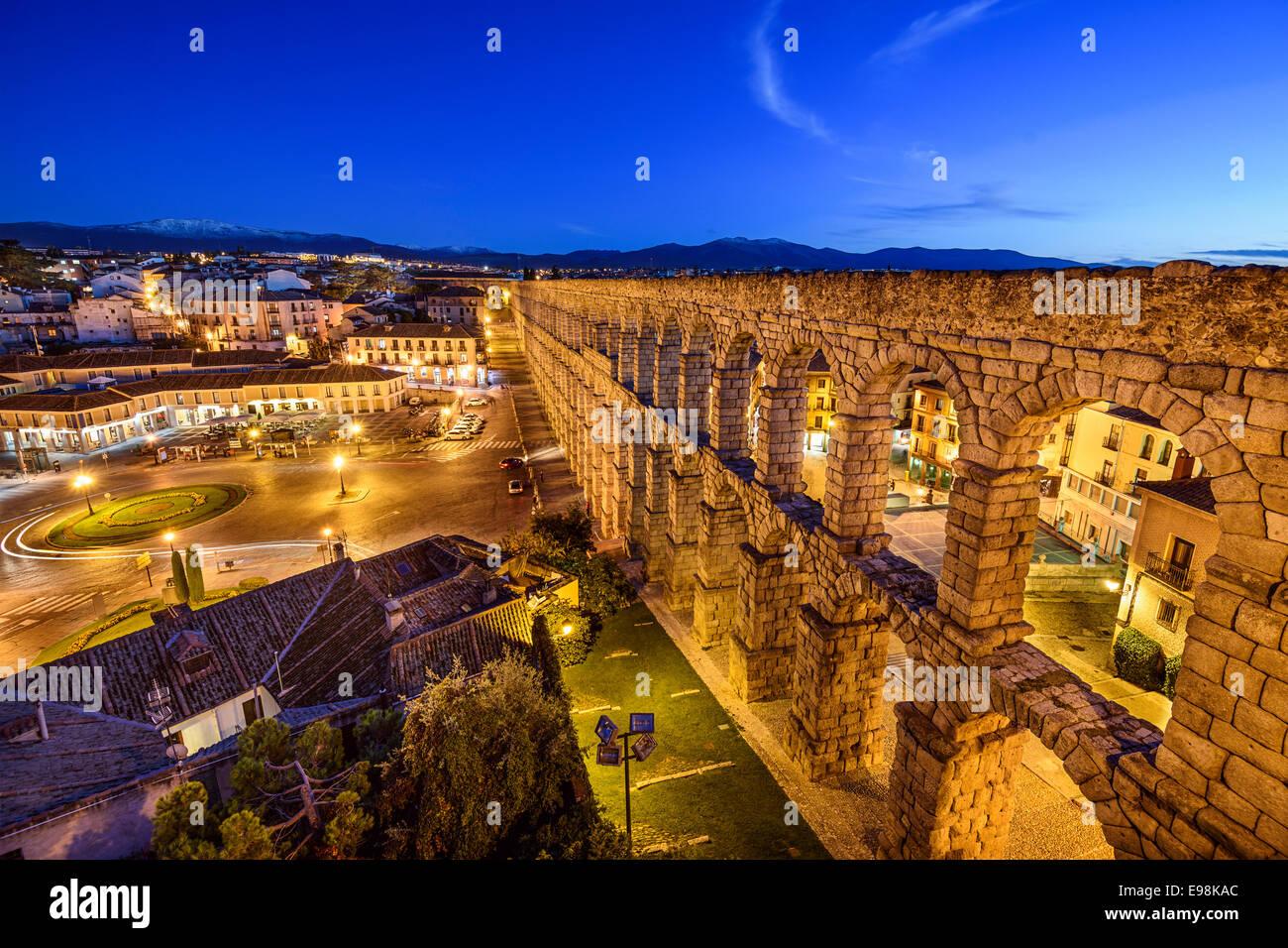 Segovia, España en el antiguo acueducto romano en la Plaza del Azoguejo. Imagen De Stock