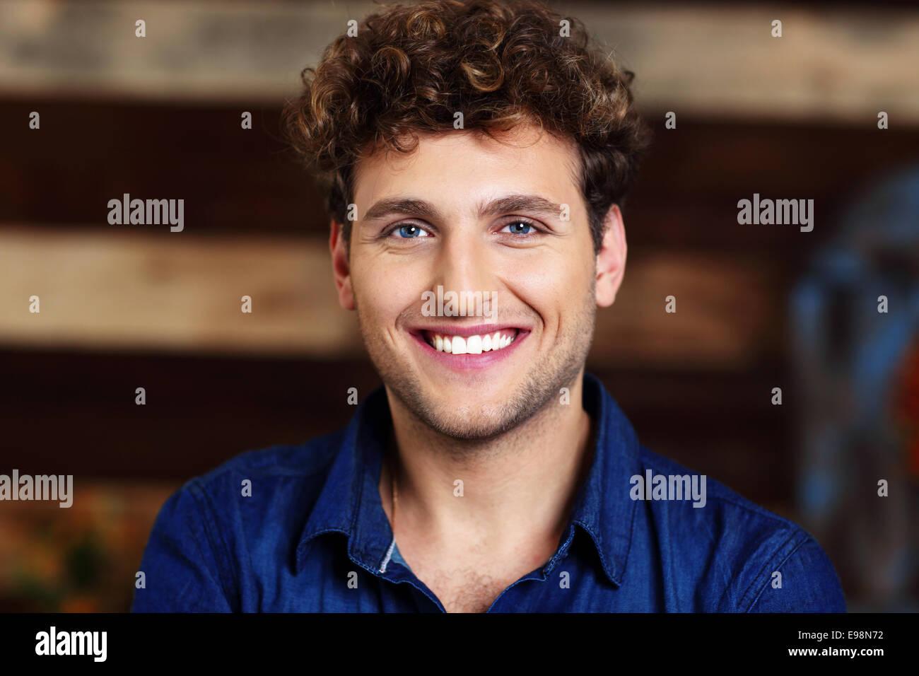 Retrato de un sonriente guapo con el pelo rizado Imagen De Stock