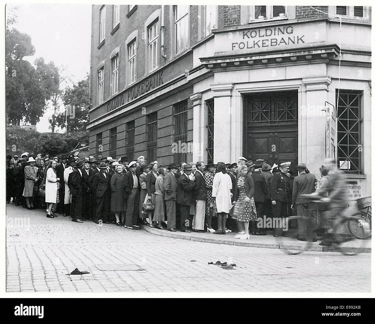 Cola fuera el banco en Kolding a causa de la moneda o 9268327638 Foto de stock
