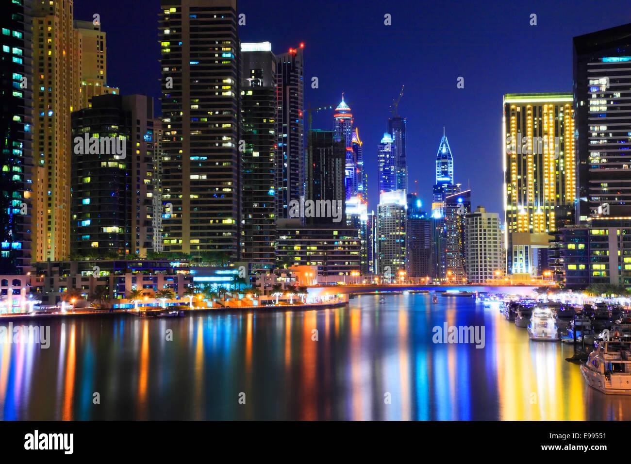 Dubai Marina en la noche.reflejo de rascacielos en el agua. Foto de stock