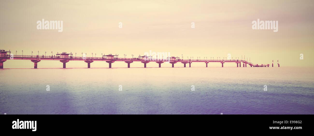 Retro imagen filtrada del largo muelle en el mar. Imagen De Stock