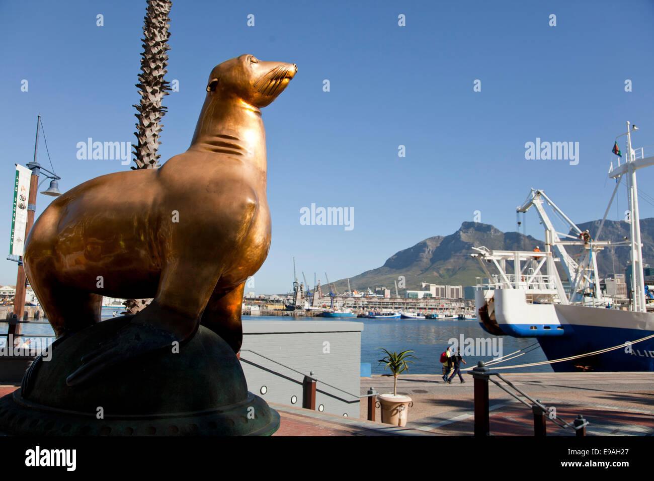 Estatua de Oscar la junta fuera del hotel Table Bay, Victoria & Alfred Waterfront, Ciudad del Cabo, Western Imagen De Stock