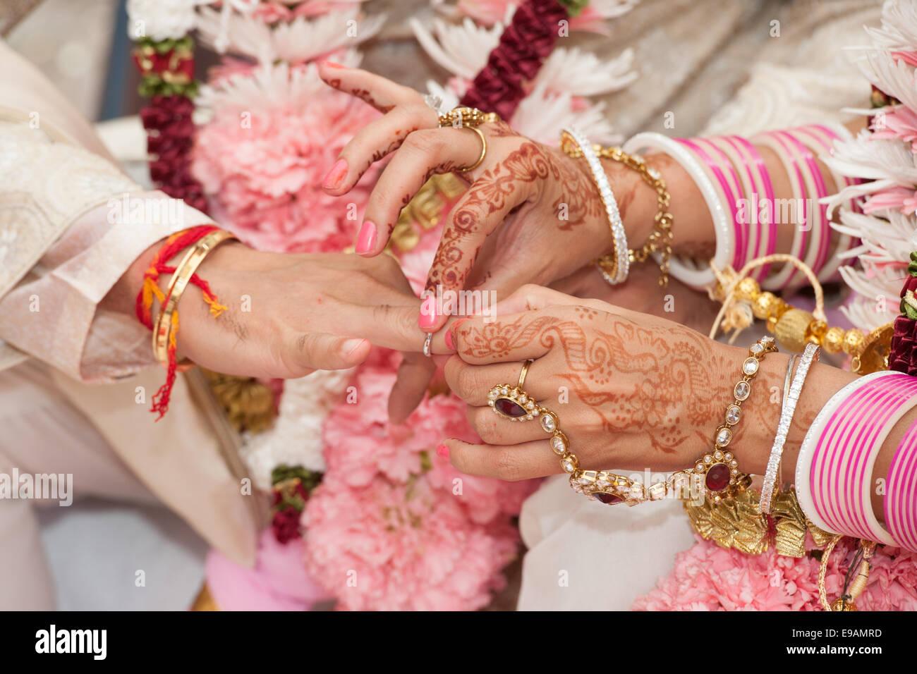 Boda hindú con guirnaldas de flores de colores de belleza y ...