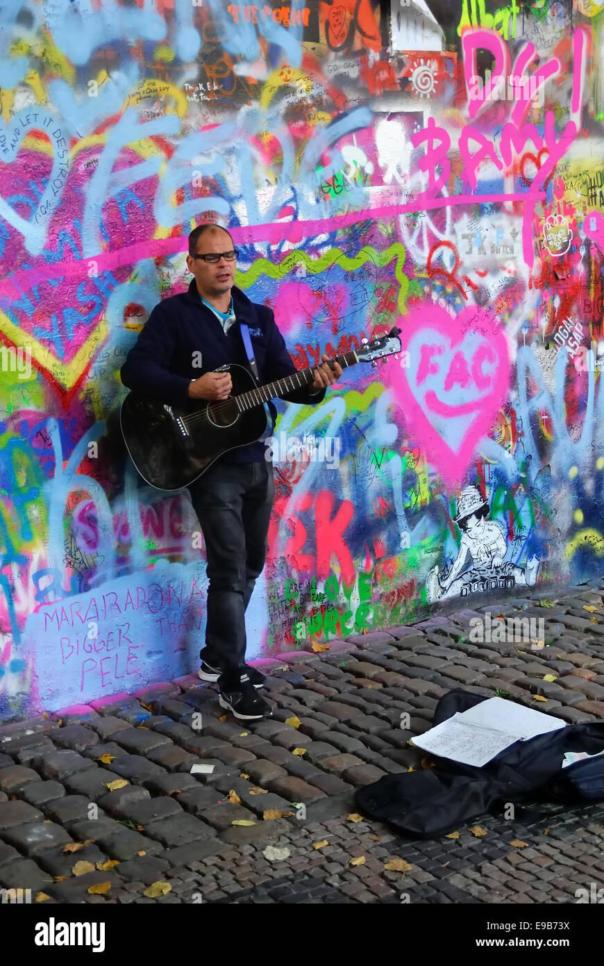 Músicos callejeros en Praga. Muro de John Lennon, un músico con su guitarra. El muro es un símbolo de la libertad Foto de stock