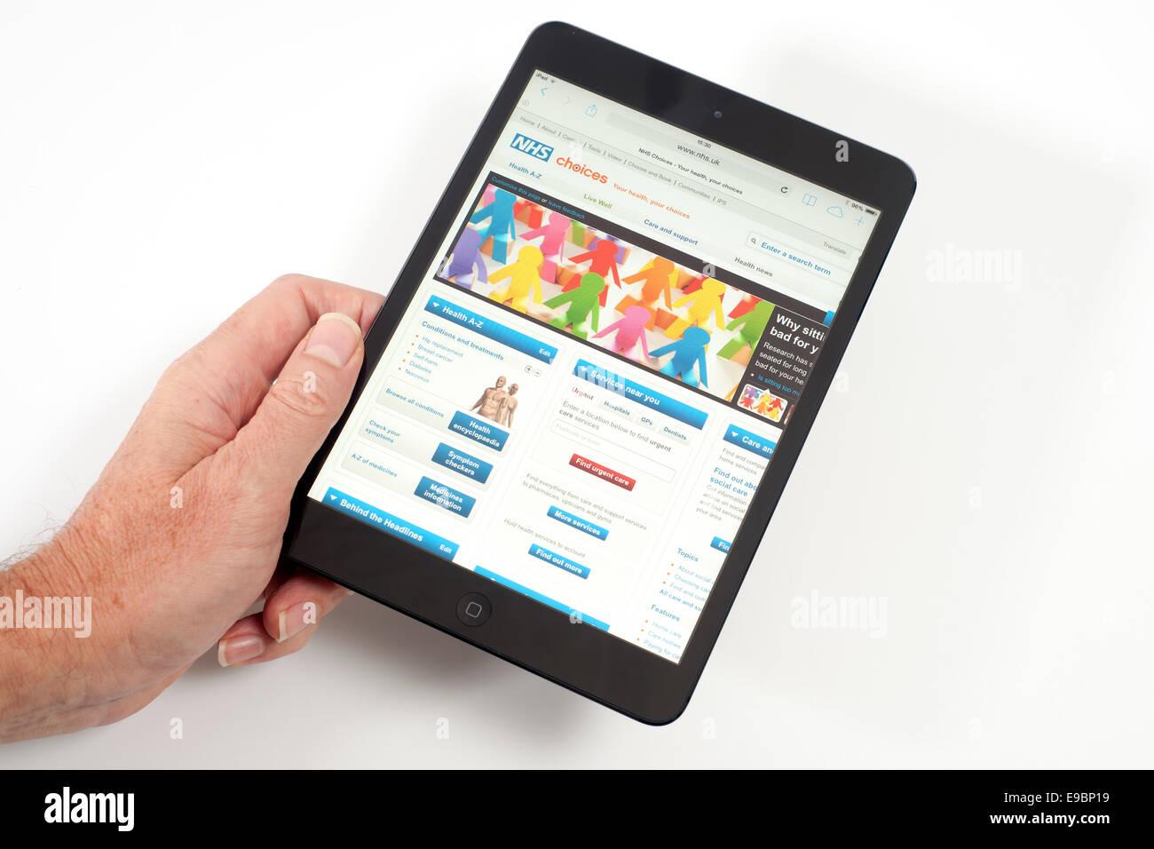 IPad mini con el NHS app en la pantalla Imagen De Stock