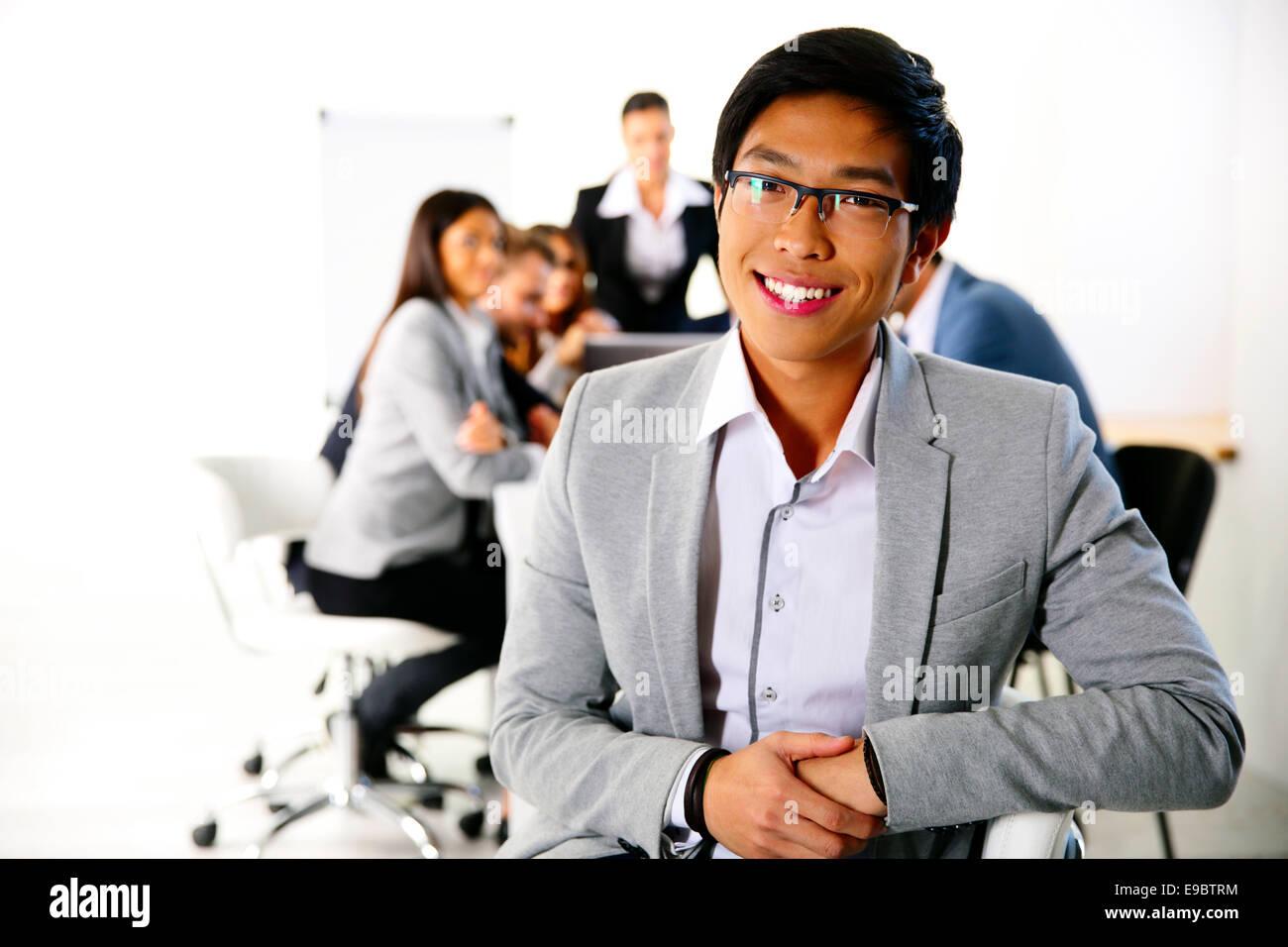 Empresario sentado en la silla de oficina en frente de reunión de negocios Imagen De Stock