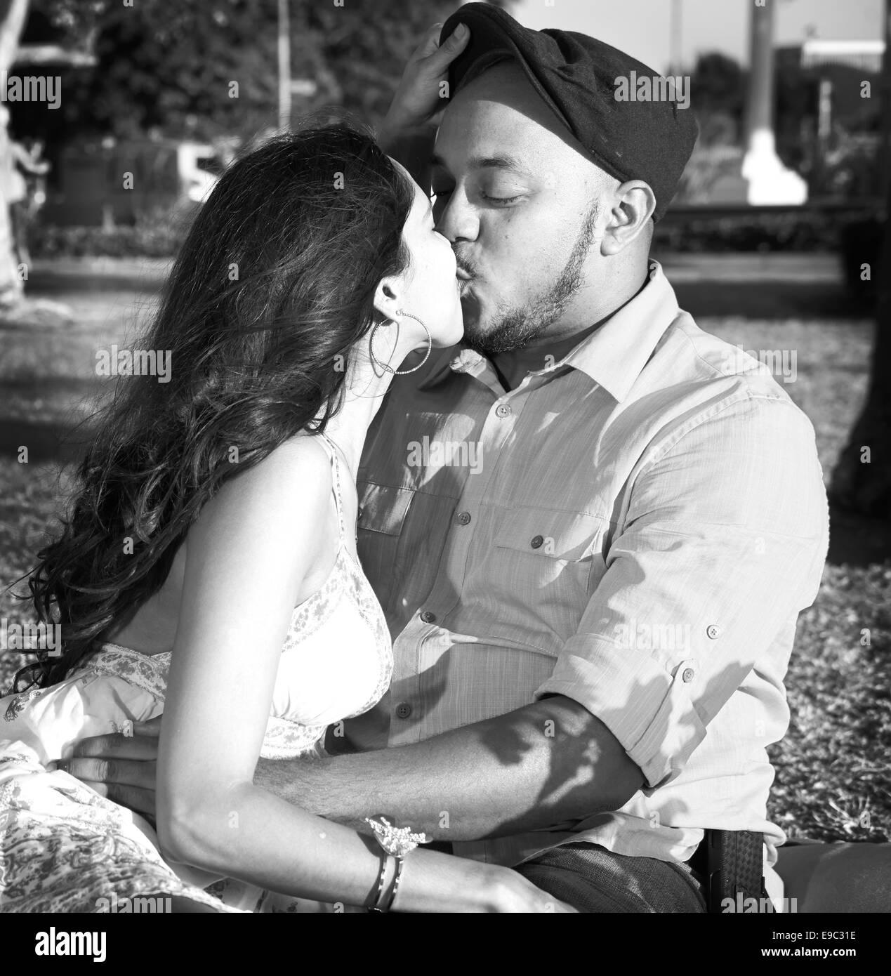 Pareja besándose en el parque en blanco y negro Imagen De Stock
