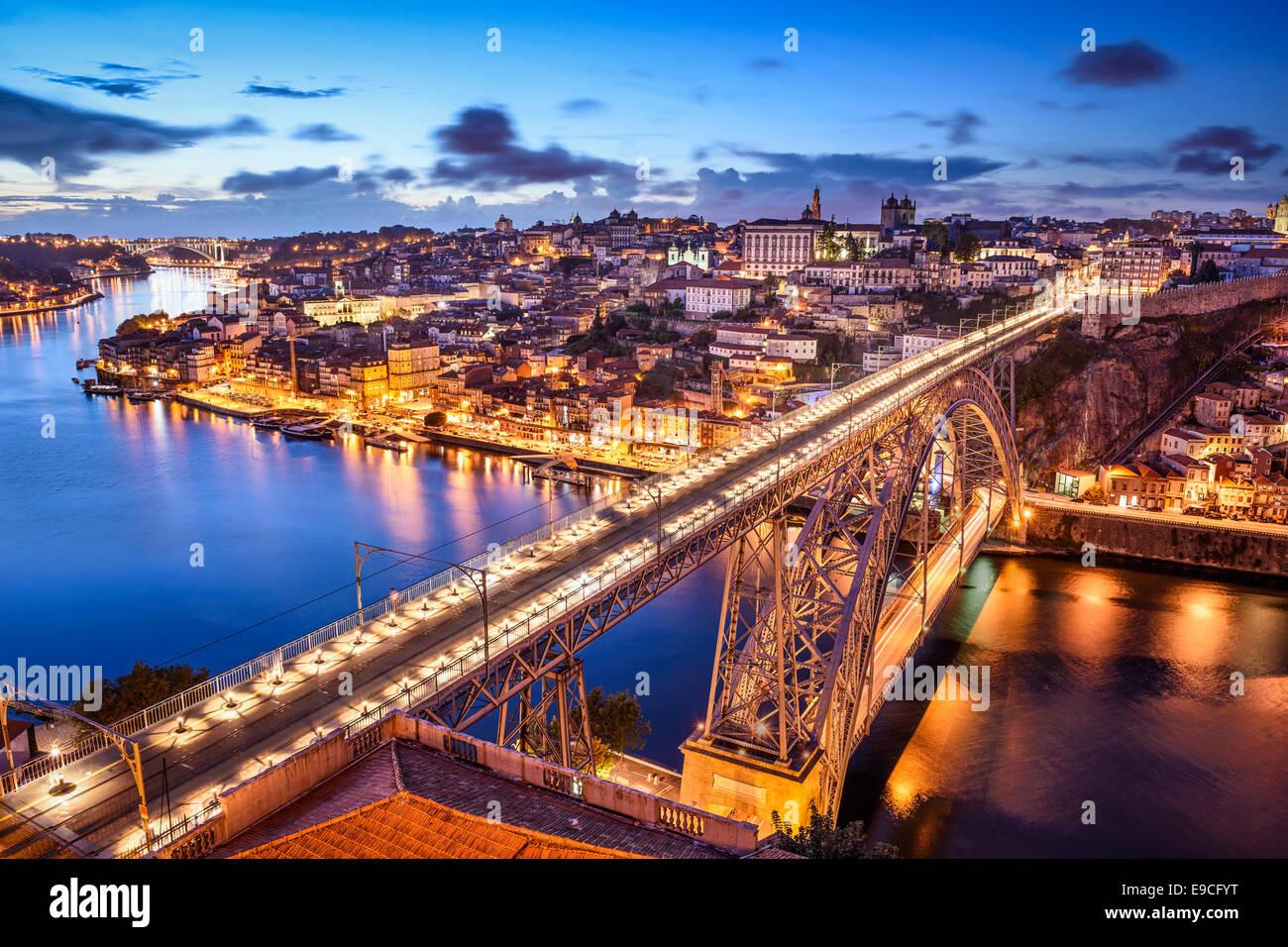 Porto, Portugal paisaje urbano sobre el río Duero. Foto de stock