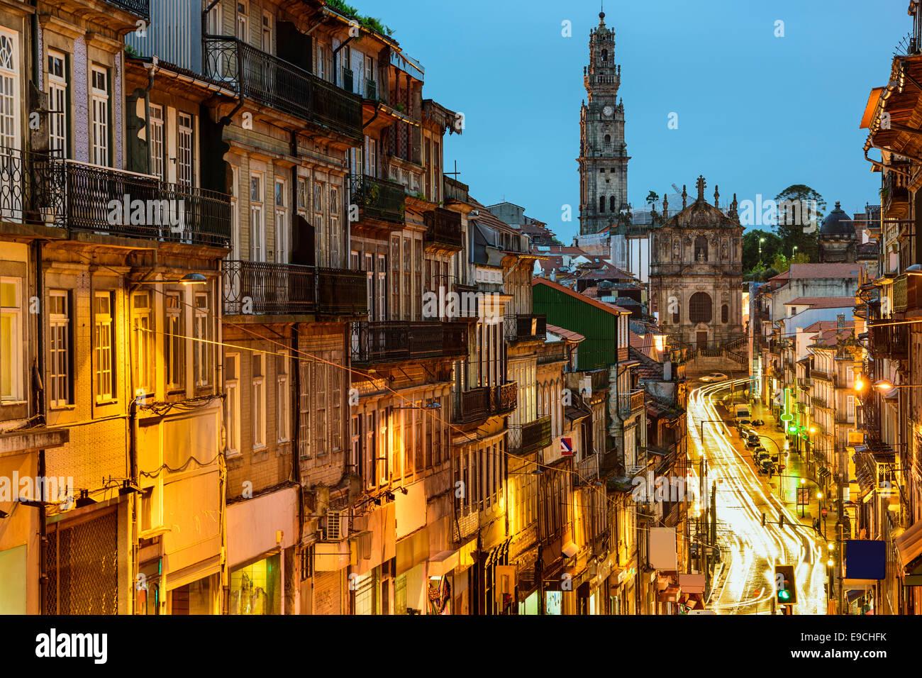Porto, Portugal paisaje urbano hacia la Iglesia de los clérigos. Imagen De Stock