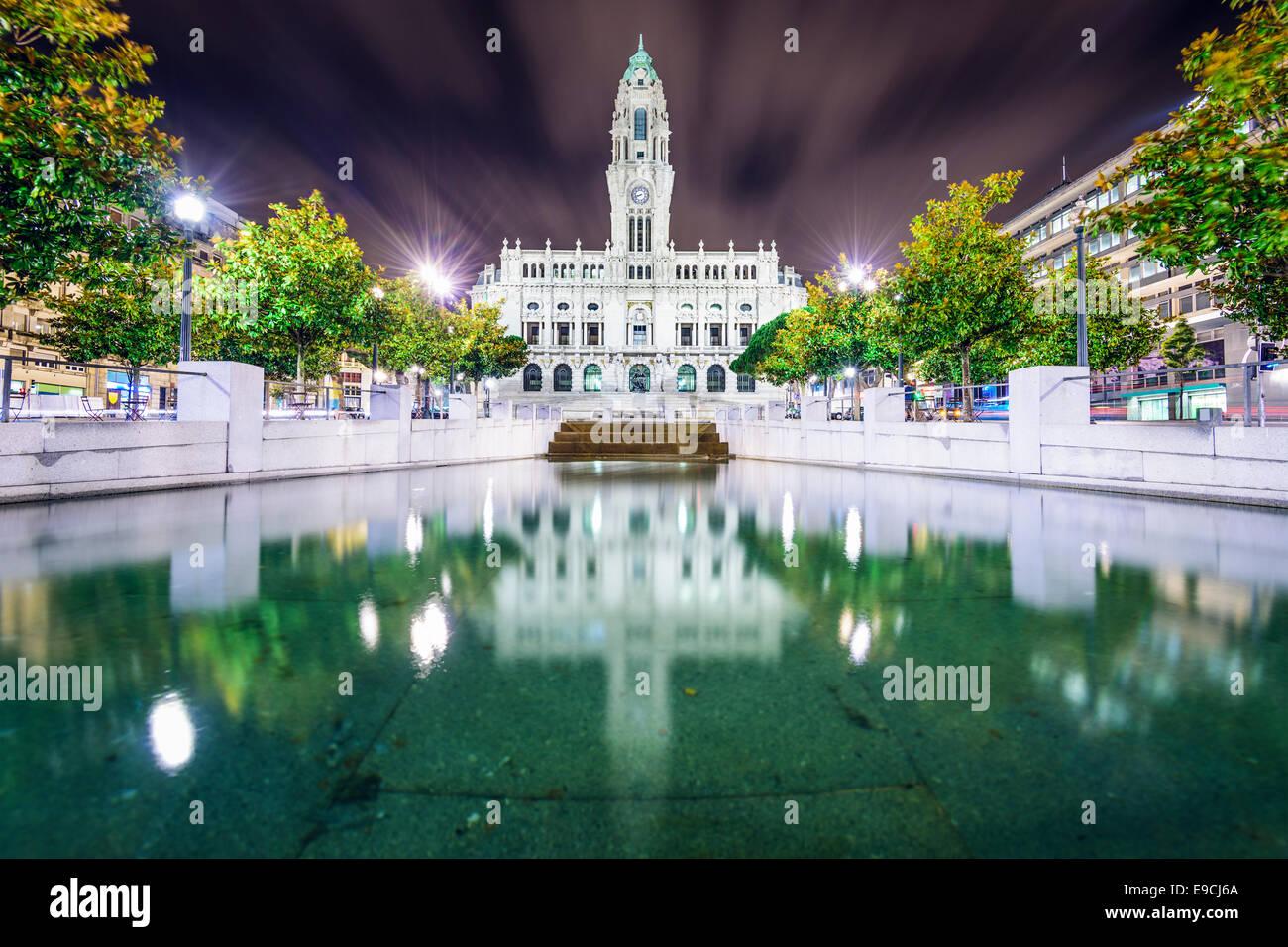 El ayuntamiento de Porto, Portugal en la noche. Imagen De Stock