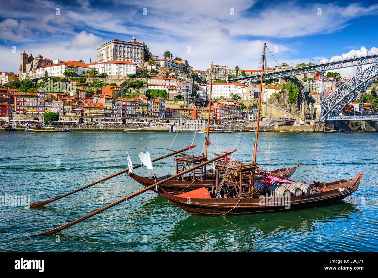 Porto, Portugal paisaje urbano sobre el río Duero. Imagen De Stock