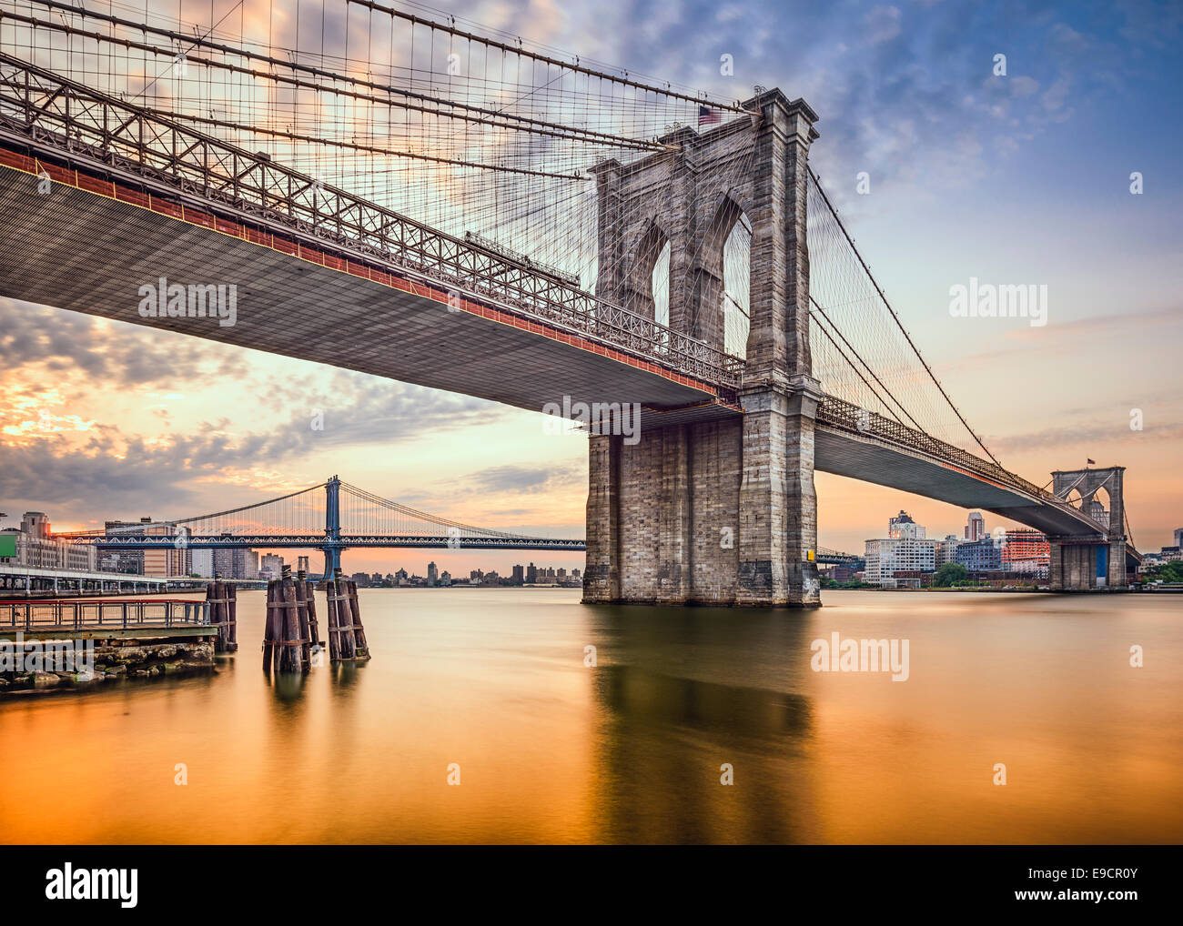 Puente de Brooklyn en Nueva York, EE.UU. al amanecer. Imagen De Stock