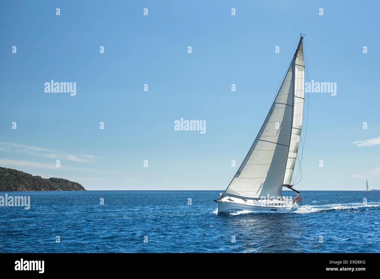Navegando frente a las costas de Grecia en el Mar Egeo. Los yates de lujo. Foto de stock