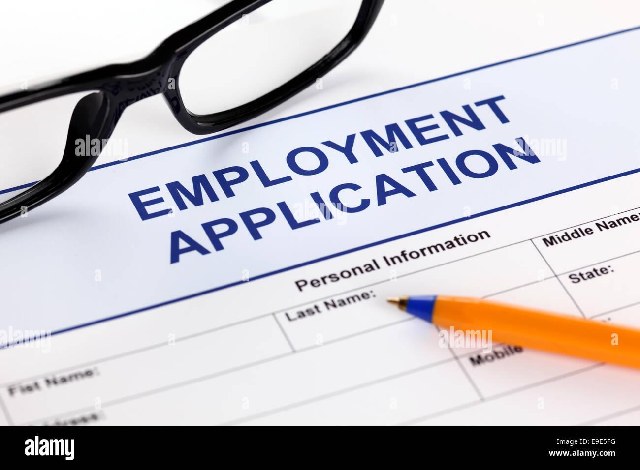 Formulario de solicitud de empleo con gafas y bolígrafo Imagen De Stock