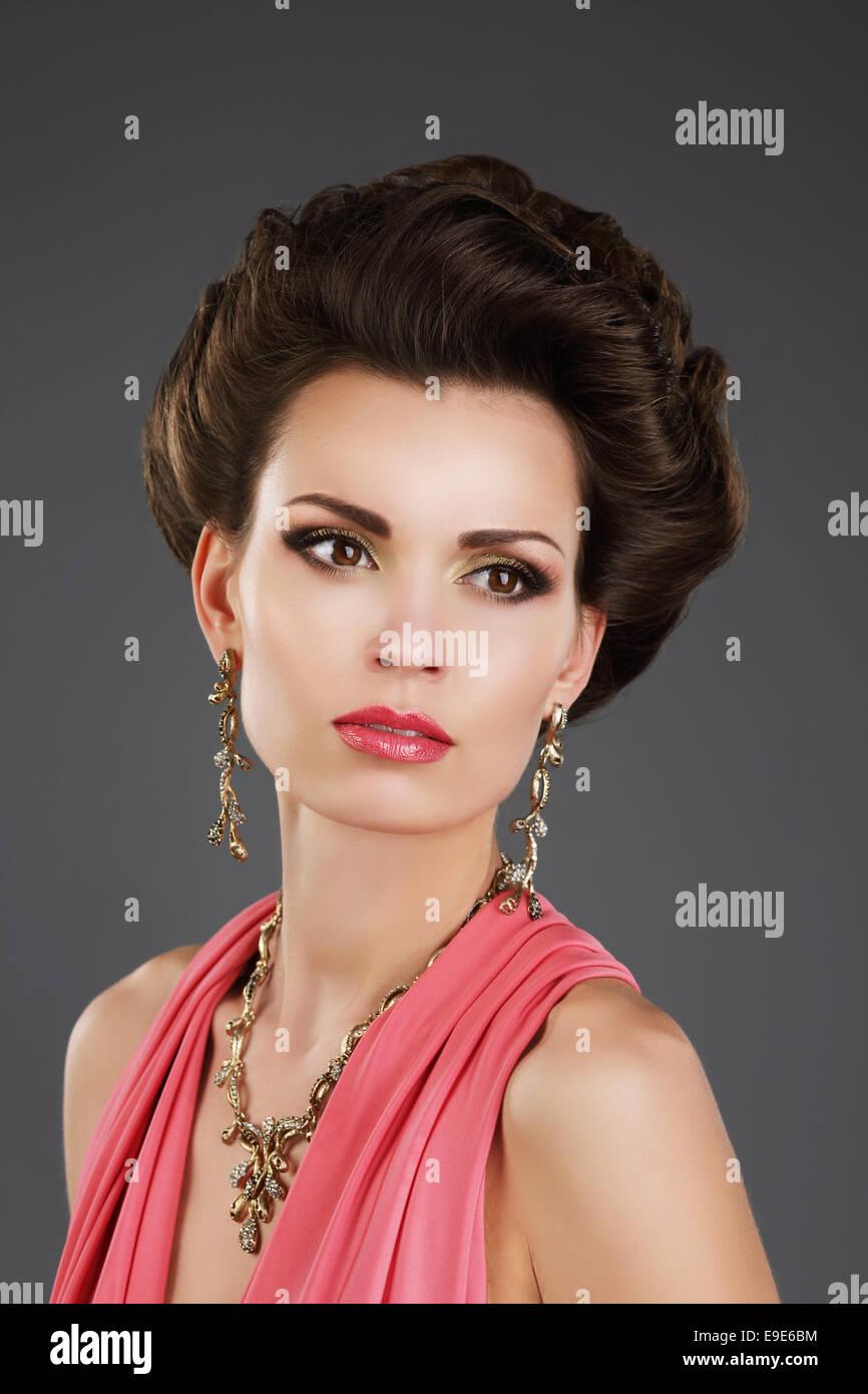 Señora aristocrática con aretes y collar de brillantes Foto de stock