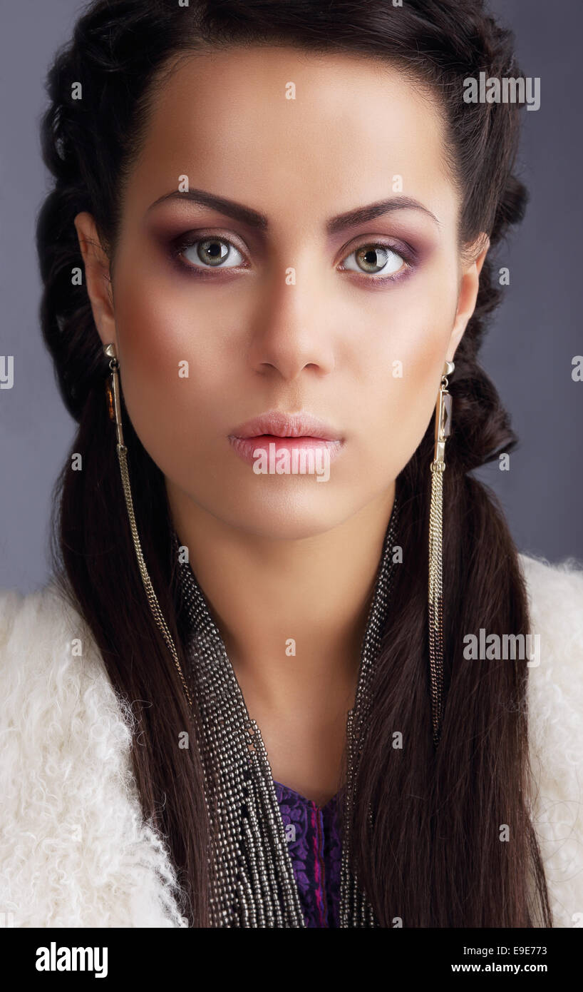 Retrato de llamativo modelo de moda con largas pendientes Imagen De Stock