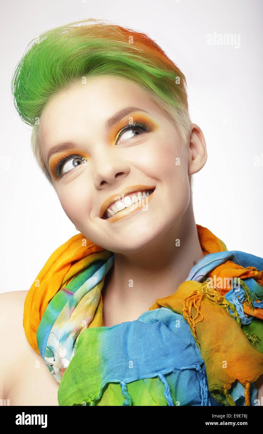 Gracioso mujer sonriente con pelos de color mirando hacia arriba Imagen De Stock