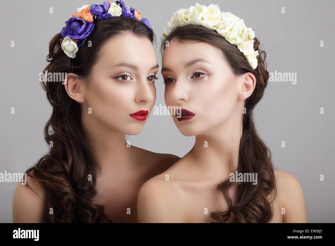 Inspiración.Dos hembras con estilo con coronas de flores Imagen De Stock