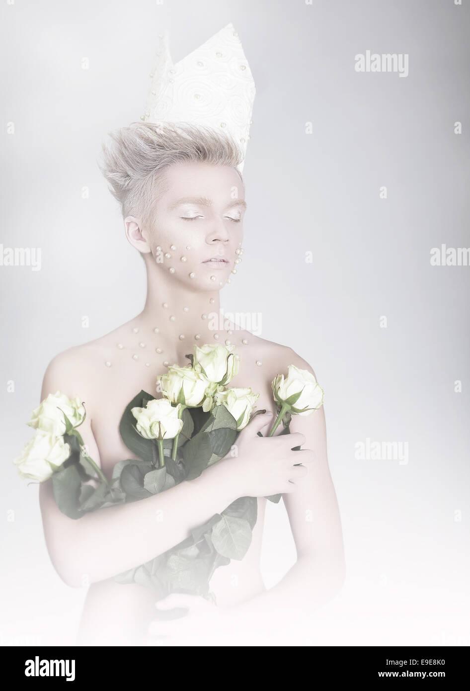 Soñar despierto Hombre sujetando ramo de flores Imagen De Stock