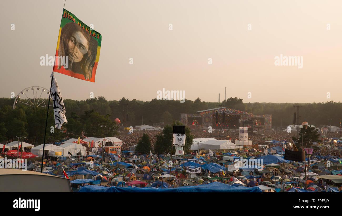 KOSTRZYN NAD ODRA, POLONIA - Agosto 2, 2014: Festival Przystanek Woodstock - vista en el camping y el festival Escena Imagen De Stock