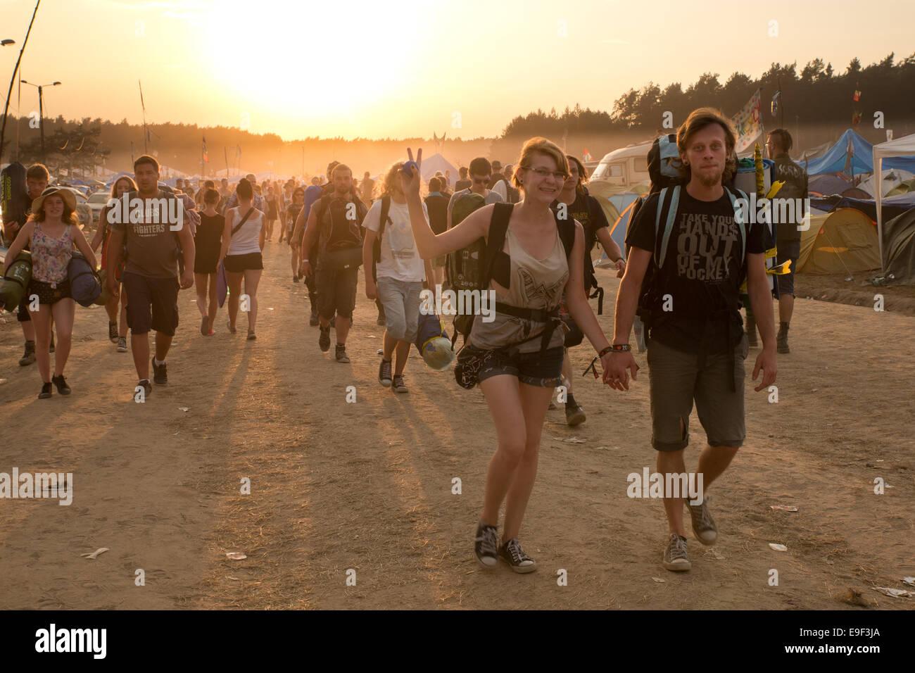 Festival Przystanek Woodstock - vista de la gente que abandona el camping y el festival. Imagen De Stock