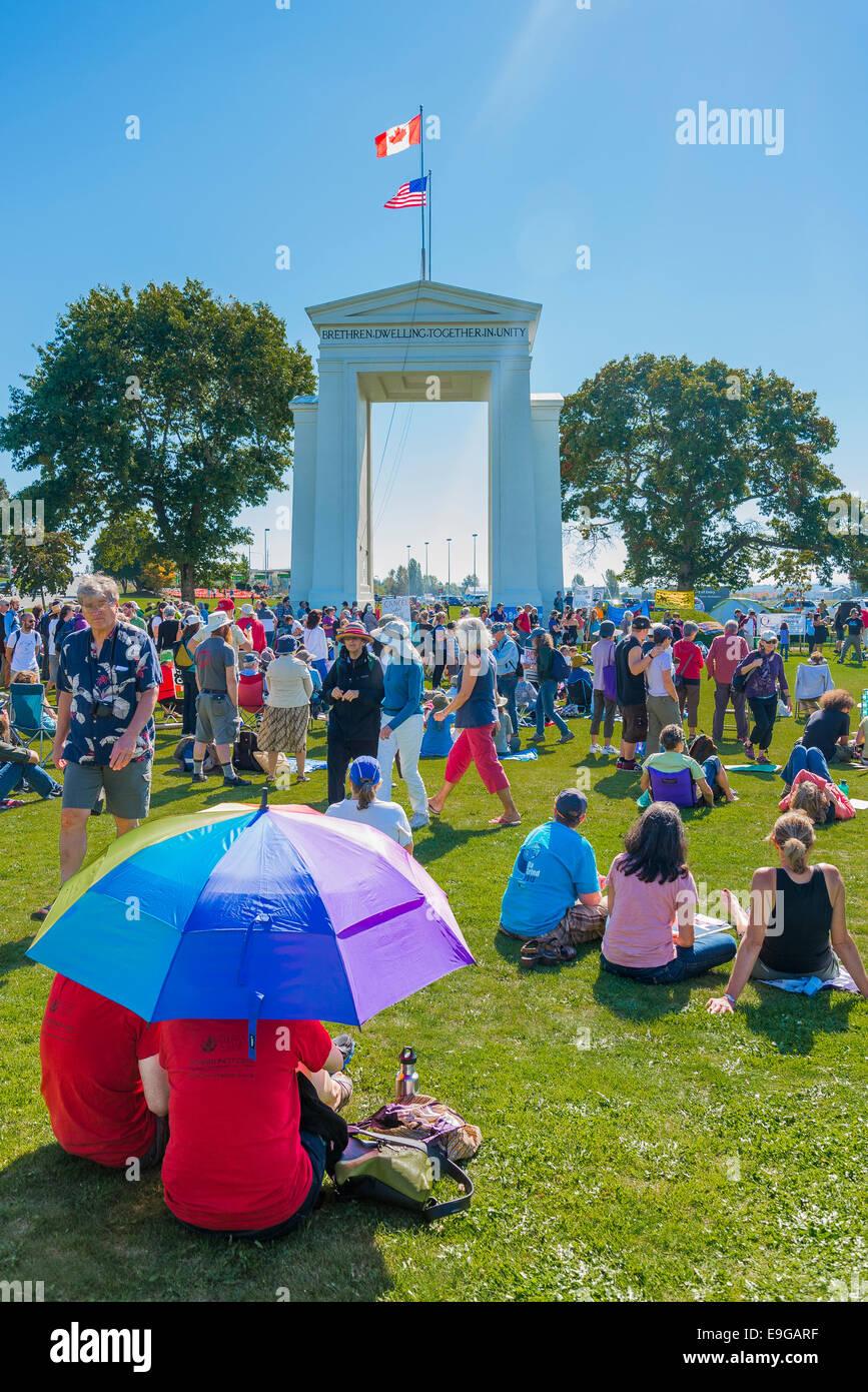 El cambio climático no conoce fronteras. International Rally en Peace Arch Canadá EE.UU. para cruzar la Imagen De Stock