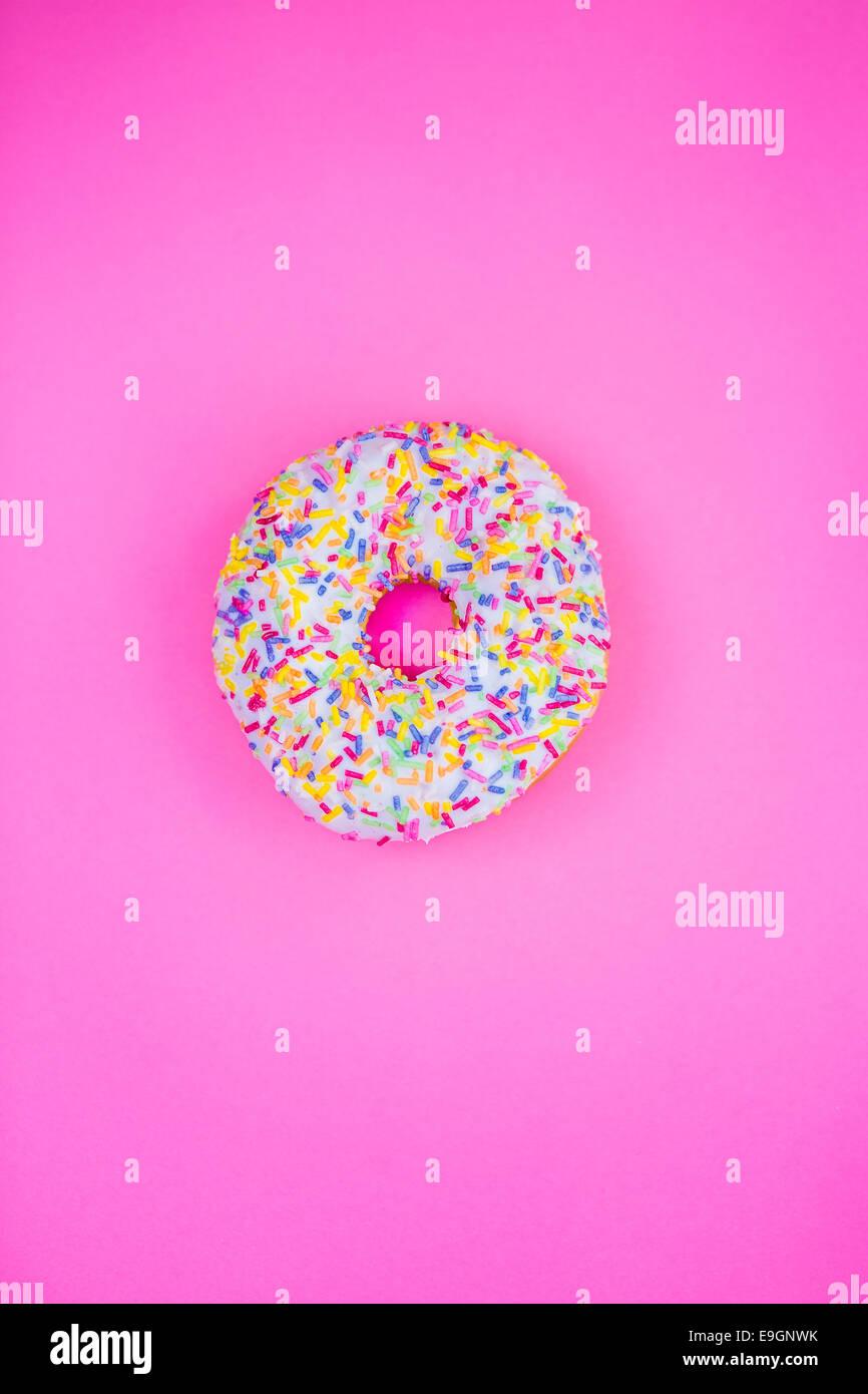 Donut sobre fondo de color rosa Imagen De Stock
