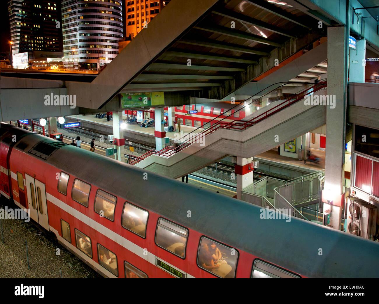Estación central de trenes, Tel Aviv en la noche Imagen De Stock