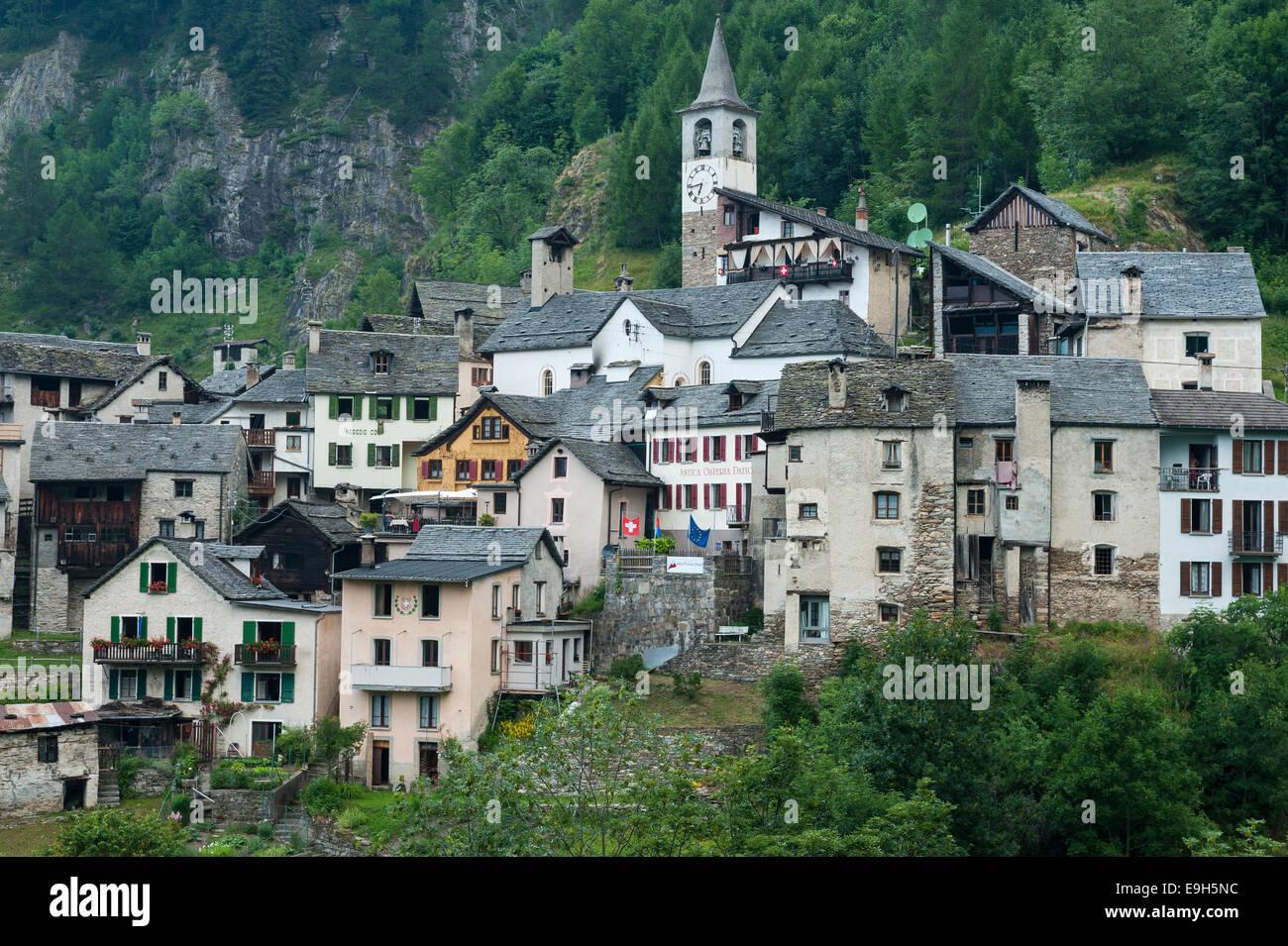 Aldea de montaña de Fusio en el valle de Val Lavizzara, Cantón del Tesino, Suiza Foto de stock