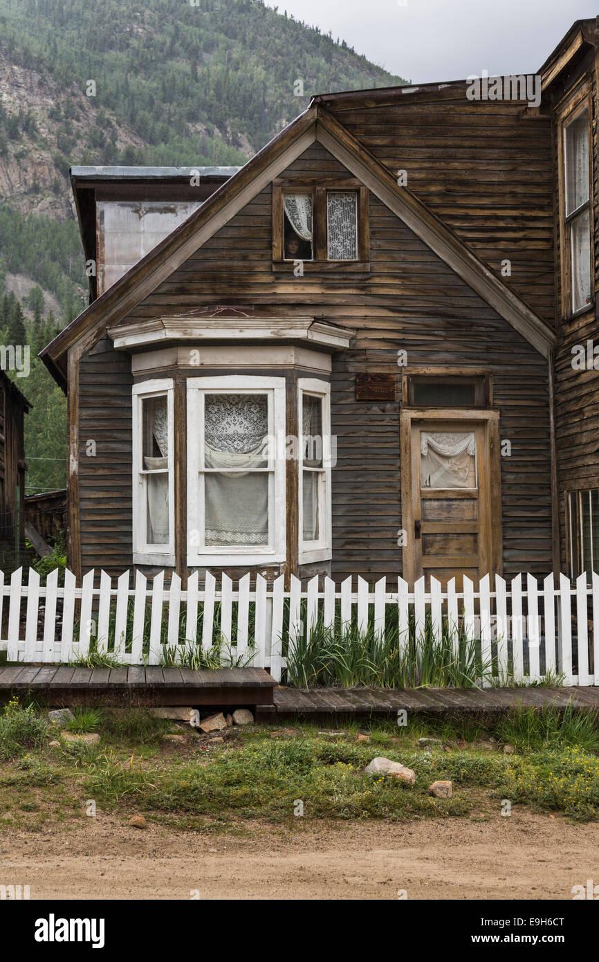 Antigua casa embrujada en la ciudad fantasma de San Elmo, Colorado, EE.UU. - con maniqui cara en la ventana Imagen De Stock