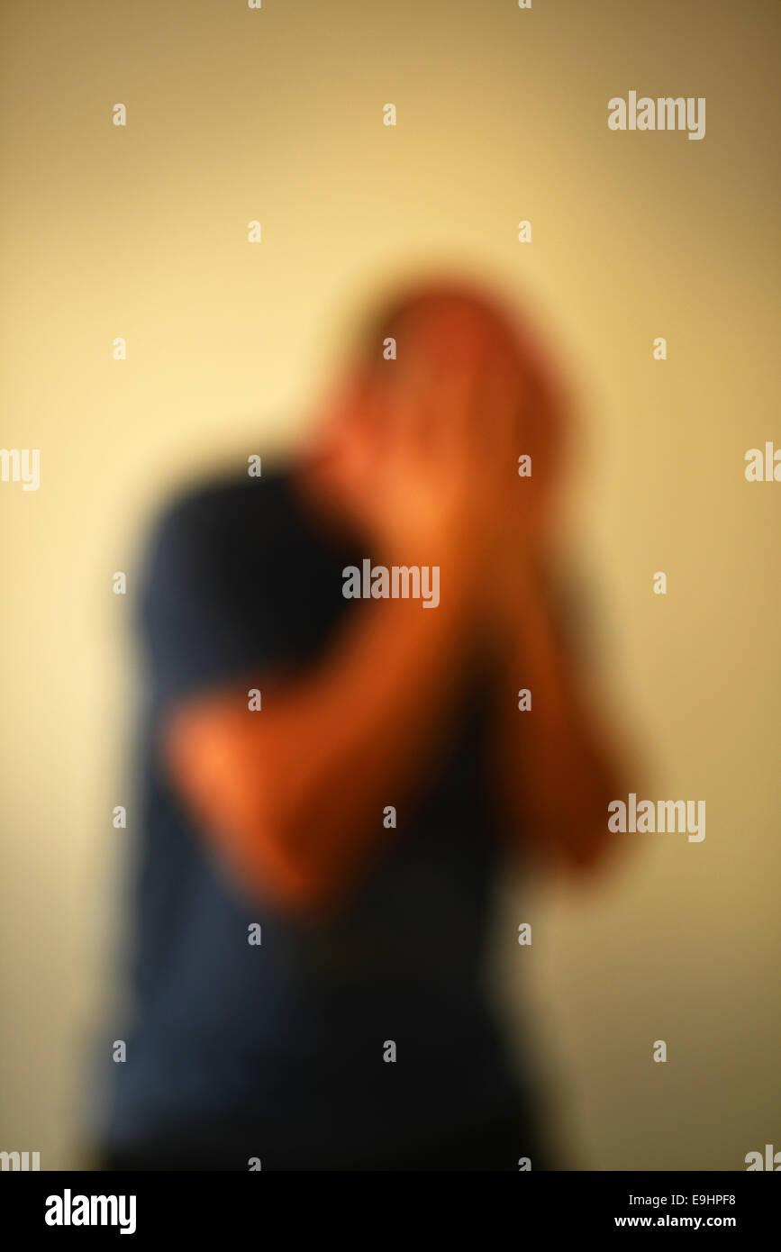Hombre en foco suave sensación de desesperación y desesperanza Imagen De Stock
