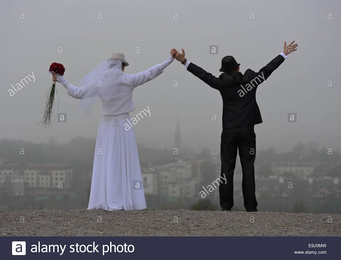 Cracovia, Polonia. El 28 de octubre de 2014. Un nuevo casado coiuple toma fotos con una vista general de la niebla Imagen De Stock