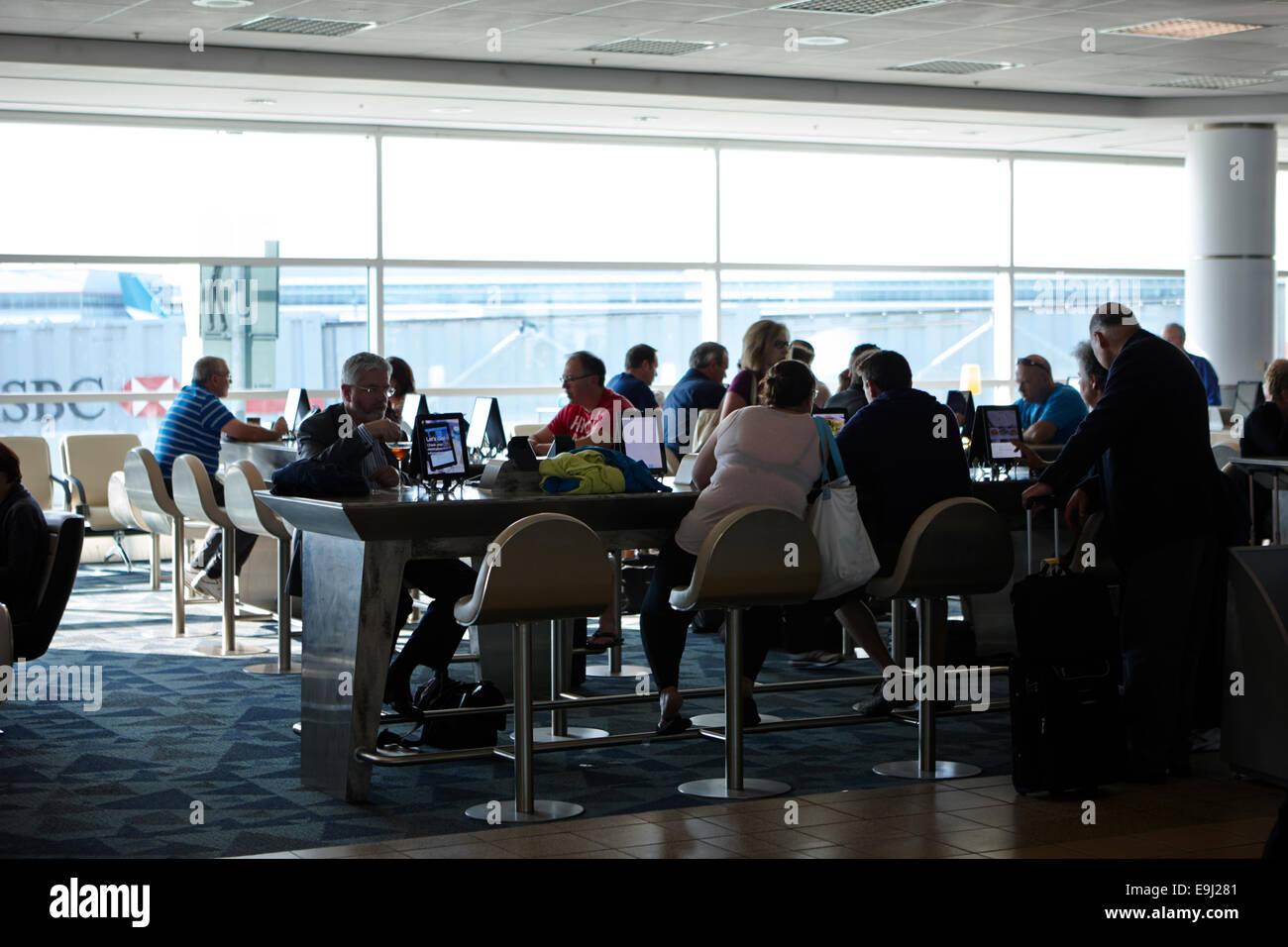 Los pasajeros que utilicen terminales wifi gratuita en la terminal 3 del aeropuerto internacional Pearson de Toronto Imagen De Stock