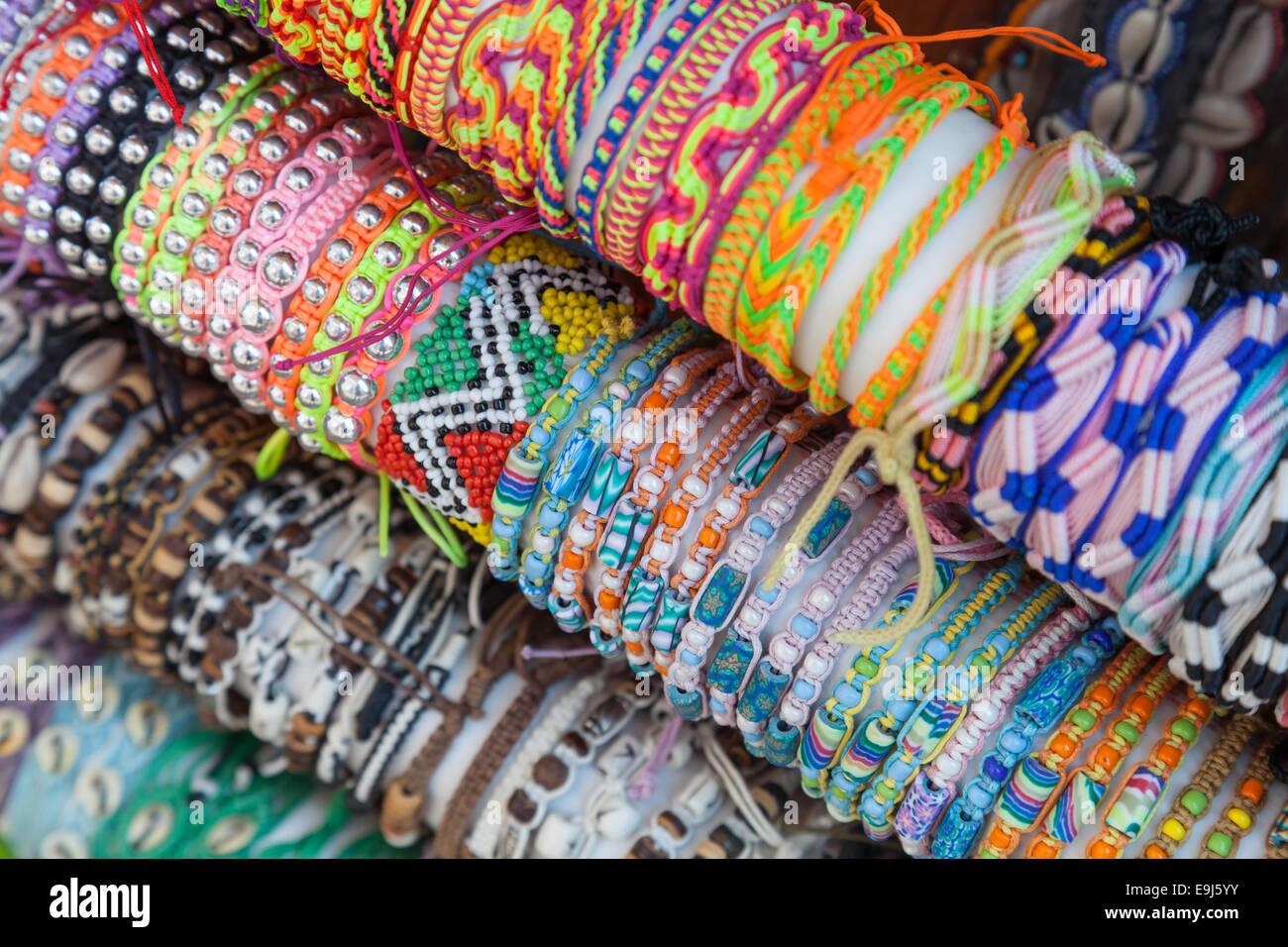 012b7bb39eed Coloridas pulseras artesanales hechas de abalorios e hilo en el ...